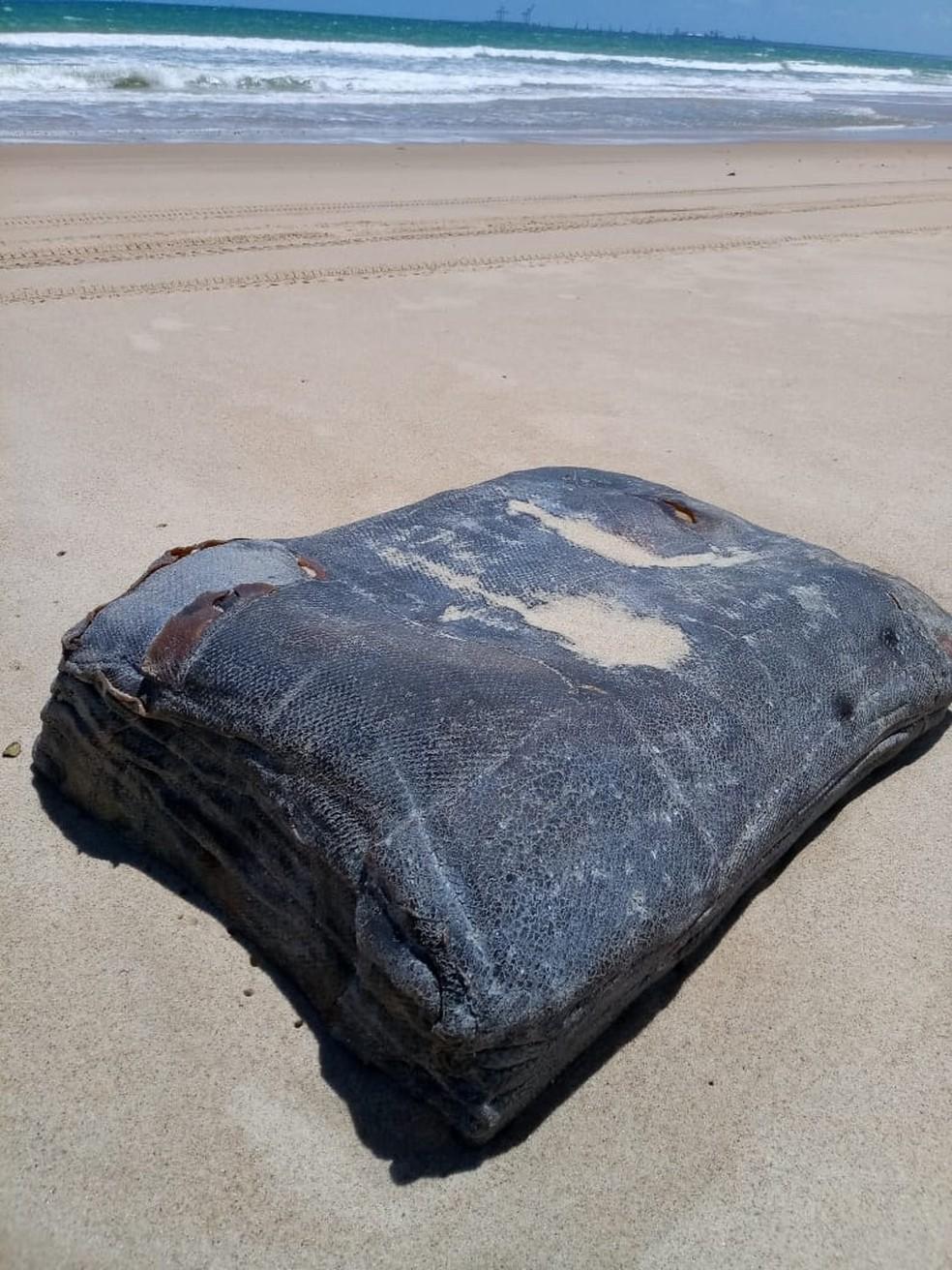 """Mais """"caixas misteriosas"""" são encontradas no Litoral do Ceará, em São Gonçalo do Amarante. — Foto: José Cláudio de Araújo/ Arquivo Pessoal"""