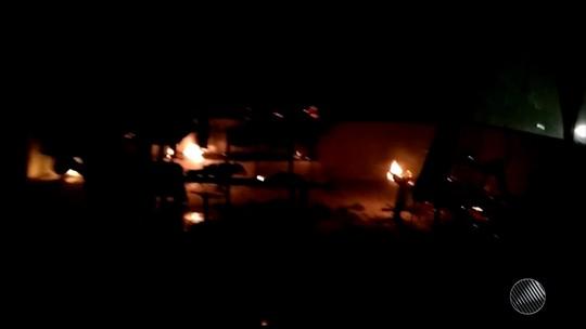 Criminosos invadem posto de saúde, quebram móveis e ateiam fogo no local; vídeo mostra destruição