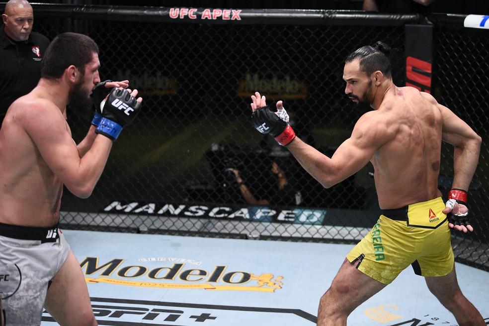 Michel Pereira provocou Zelim Imadaev durante a luta e devolveu com juros o tapa da pesagem — Foto: Getty Images