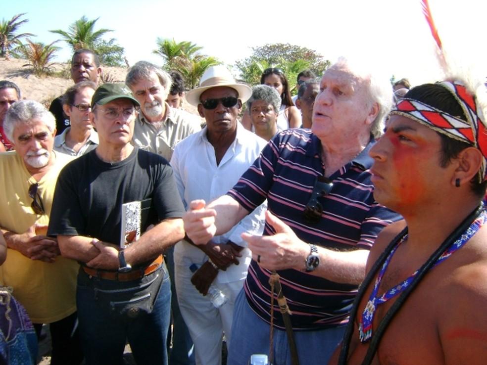 João Luiz Duboc Pinaud em homenagem aos povos indígenas, acompanhado pelos atores Osmar Prado e Antônio Pitanga. (Foto: Reprodução/ Joaoluizpinaud.com)
