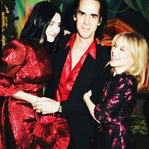 Susie Cave com sua bolsa Sacred Heart, com Nick Cave e Kylie. (Foto: Reprodução/Instagram)