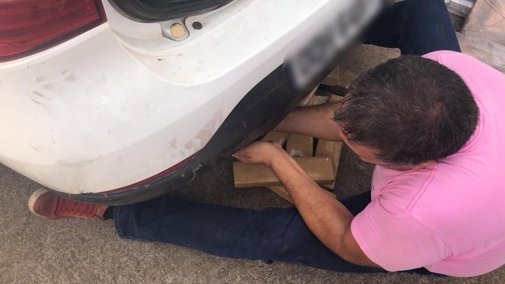 Droga foi encontrada em um veículo estacionado na rodovia próxima ao distrito do Universo — Foto: Polícia Civil/Divulgação