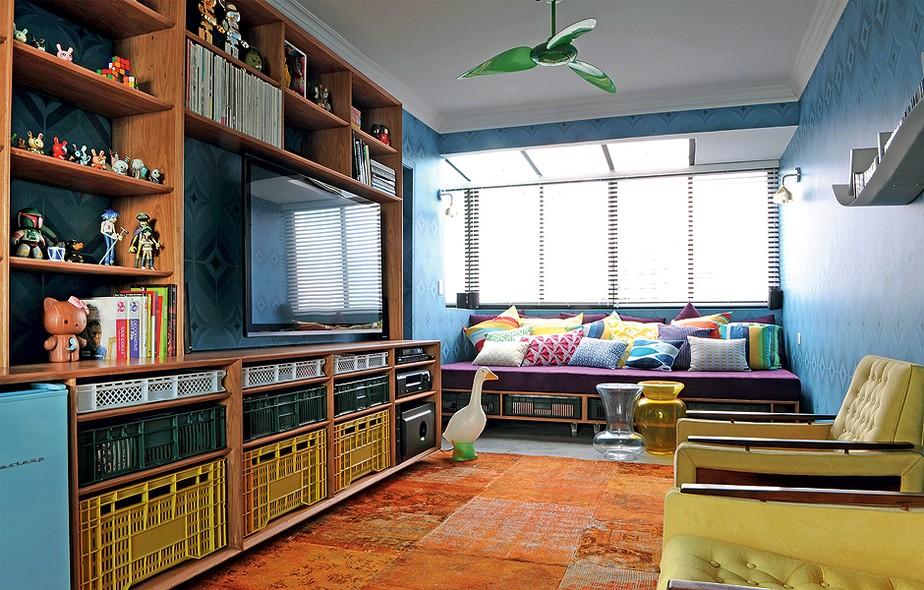 Pequenos espaços pedem poucos e bons móveis. No lounge, exemplos disso são a estante da linha José e o sofá, ambos feitos sob medida. Os engradados são perfeitos para guardar miudezas. Projeto do arquiteto Mauricio Arruda