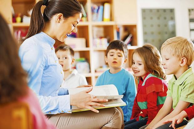 Professora lendo aos alunos (Foto: Skynesher/Getty Images)