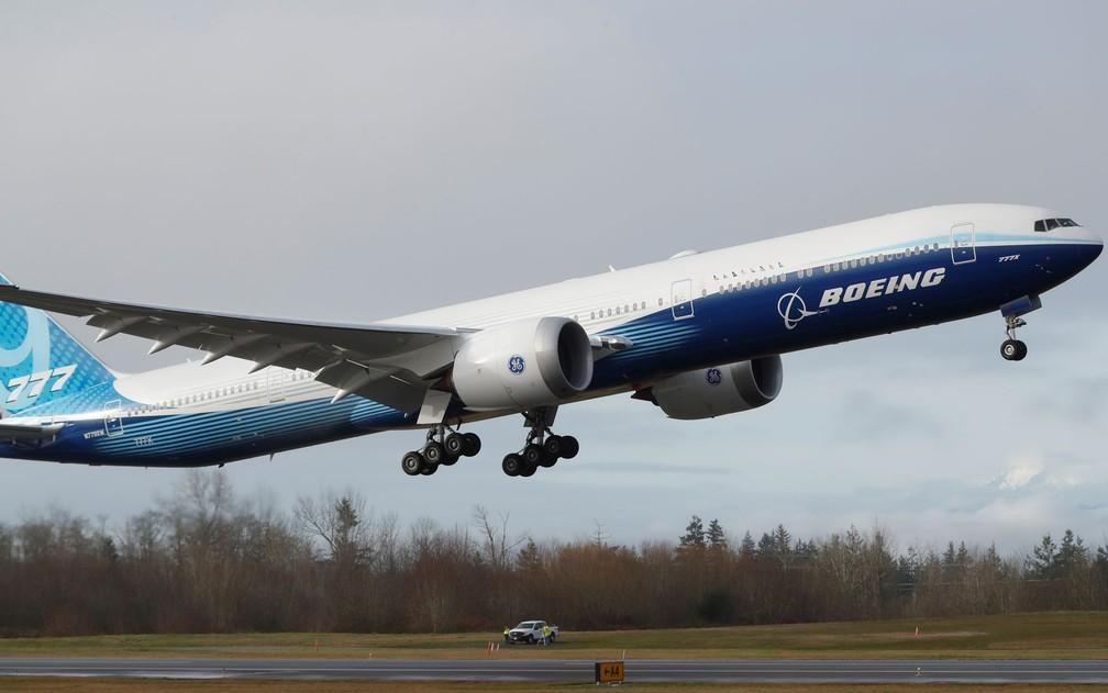 Um Boeing 777X decola durante seu primeiro voo de teste em base da empresa em Everett, Washington, no sábado (25) — Foto: Reuters/Terray Sylvester