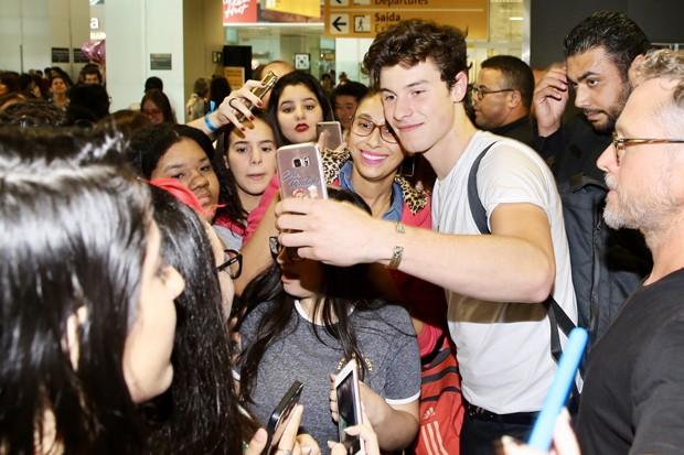 Shawn Mendes com fãs (Foto: Manuela Scarpa/Brazil News)