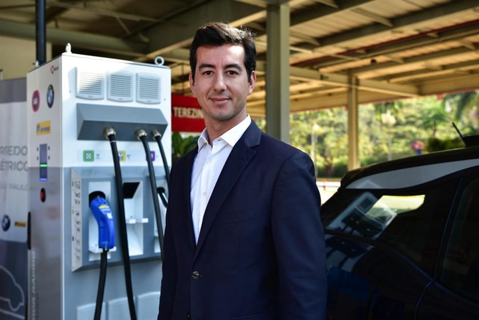 Nuno Pinto, da EDP Brasil, ao lado de um dos carregadores do corredor elétrico na CCR NovaDutra — Foto: Divulgação