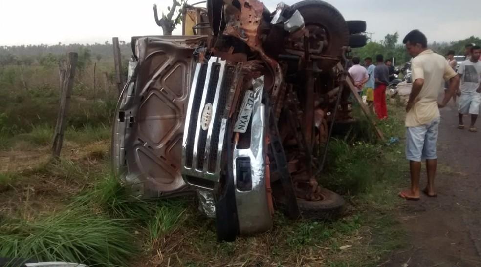 Caminhão 'pau de arara' ficou virado na pista após o acidente na BR-222 — Foto: Divulgação