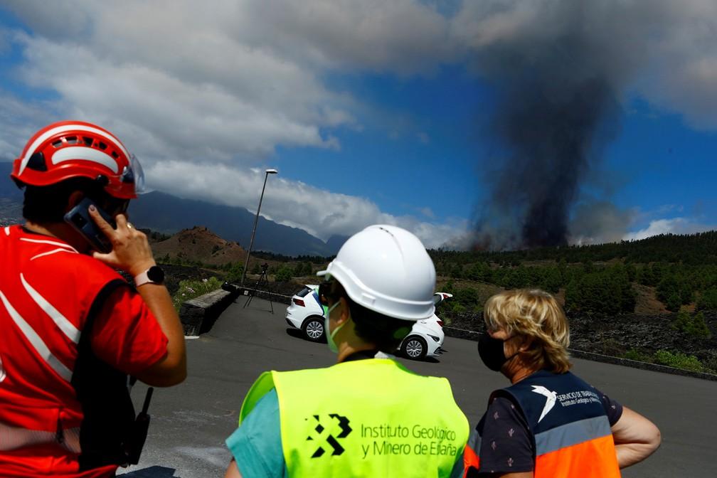 Uma nuvem de fumaça sobe após a erupção de um vulcão no parque nacional Cumbre Vieja em El Paso, nas Ilhas Canárias de La Palma — Foto: Borja Suarez/Reuters