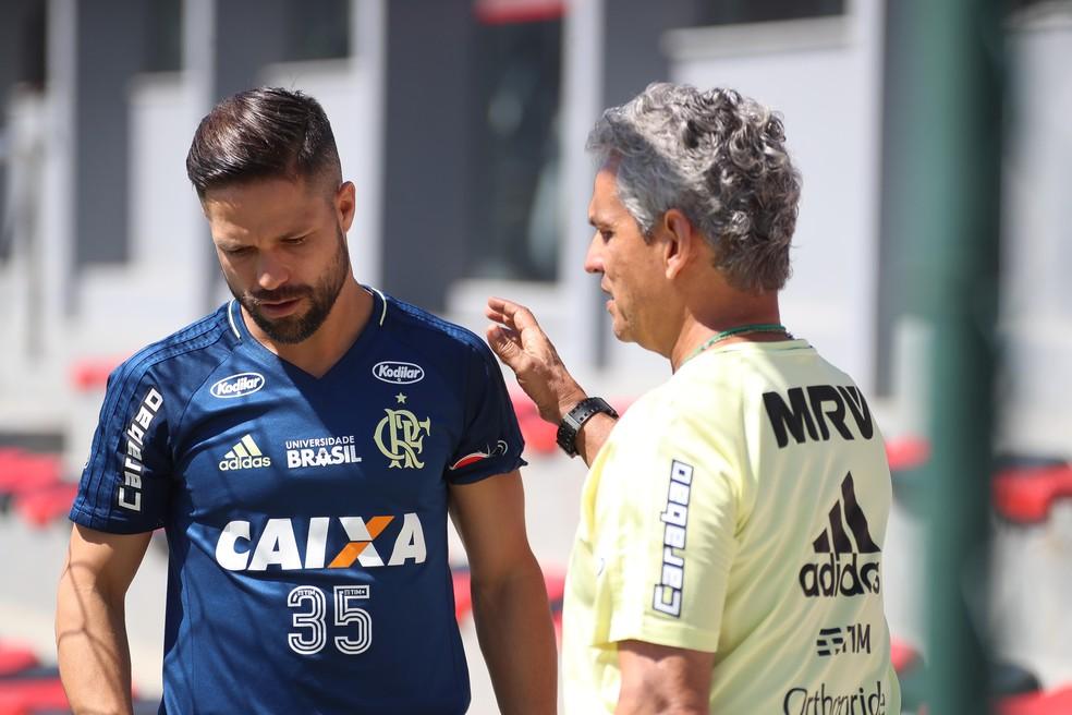 Diego ao lado de Rueda em trabalho no Ninho do Urubu (Foto: Gilvan de Souza / Flamengo)