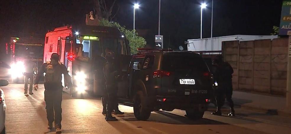 Homem foi contido após ter surto psicótico e ameaçar vizinhos na Zona Sul de Porto Alegre — Foto: Reprodução / RBS TV
