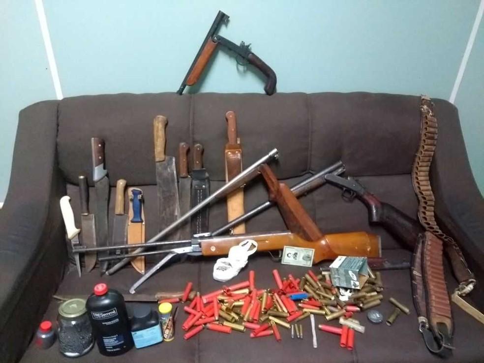 Polícia apreendeu armas, munições e facas de propriedade do homem (Foto: Brigada Militar/Divulgação)