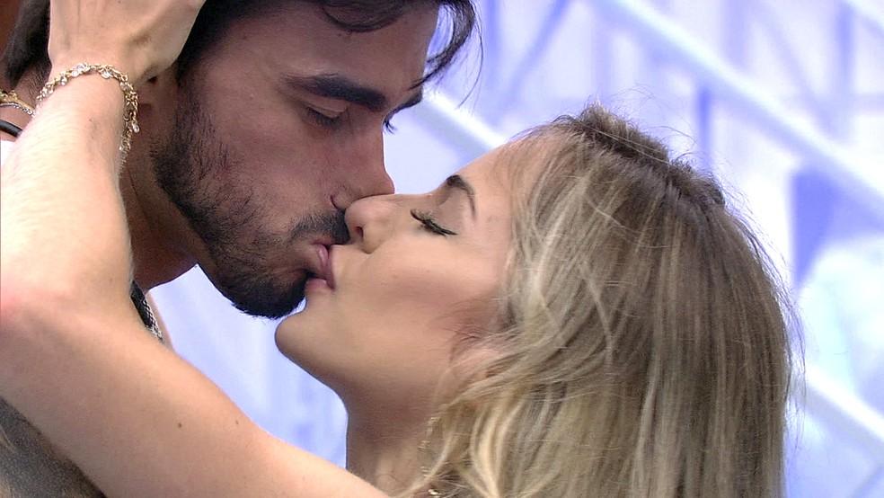 Gabi e Guilherme se beijam no BBB20 (Foto: Globo)