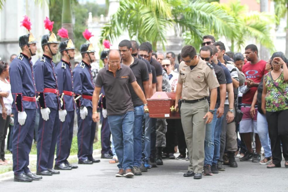 Tentente da PM da Paraíba Edvaldo Moneta foi enterrado no Recife — Foto: Marlon Costa/Pernambuco Press
