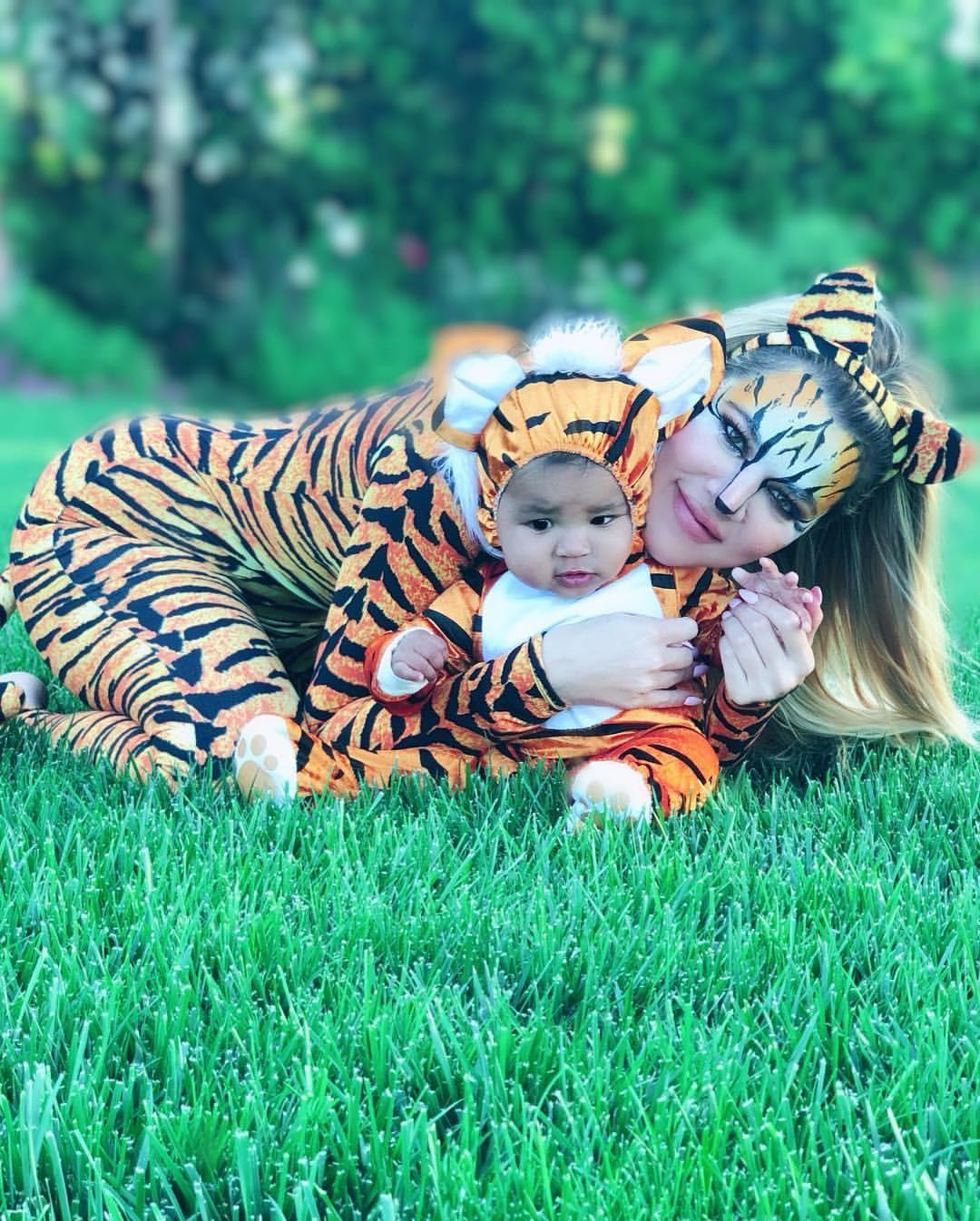 Khloe Kardashian e True se vestiram de tigres para o Halloween  (Foto: Reprodução/Instagram)