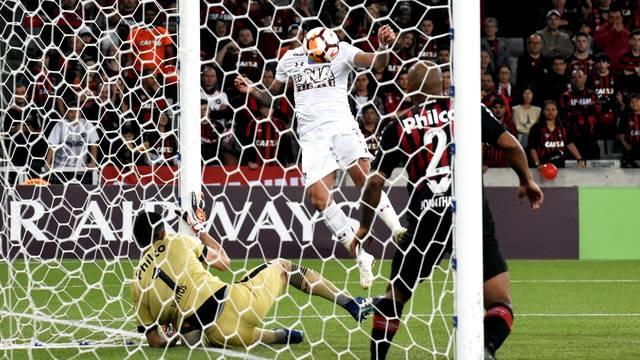 Santos fez grande defesa em cabeçadas de Gum e Luciano