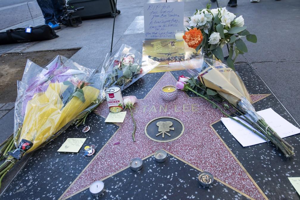 Fãs prestam homenagem a Stan Lee na Calçada da Fama — Foto: VALERIE MACON / AFP
