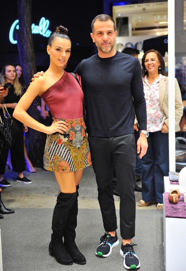 Isis Valverde e o designer de moda Alexandre Birman (Foto: Samuel Chaves/Brazil News )