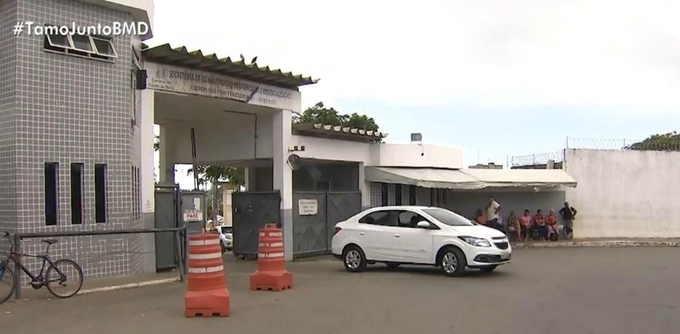 Quatro detentos fazem buraco em porta de cela e fogem do Presídio Salvador  — Foto: Divulgação/TV Bahia