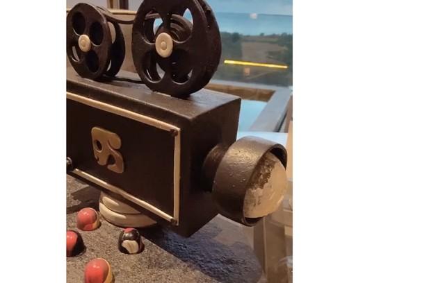 Dani Calabresa mostrou ainda um doce que ganhou do hotel em formato de câmera. A suíte dela tem vista para o mar (Foto: Reprodução)