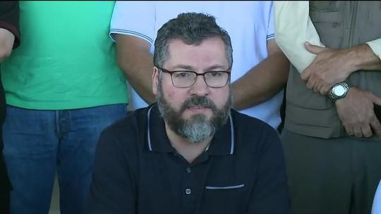 Chanceler Ernesto Araújo faz apelo para que país libere passagem para entrada de doações