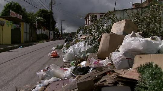 Moradores de cidade do Grande Recife sofrem com lixo acumulado nas ruas