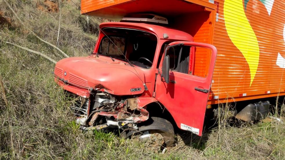 Com  a força do impacto, eixo dianteiro do caminhão ficou destruído — Foto: Corpo de Bombeiros/Divulgação
