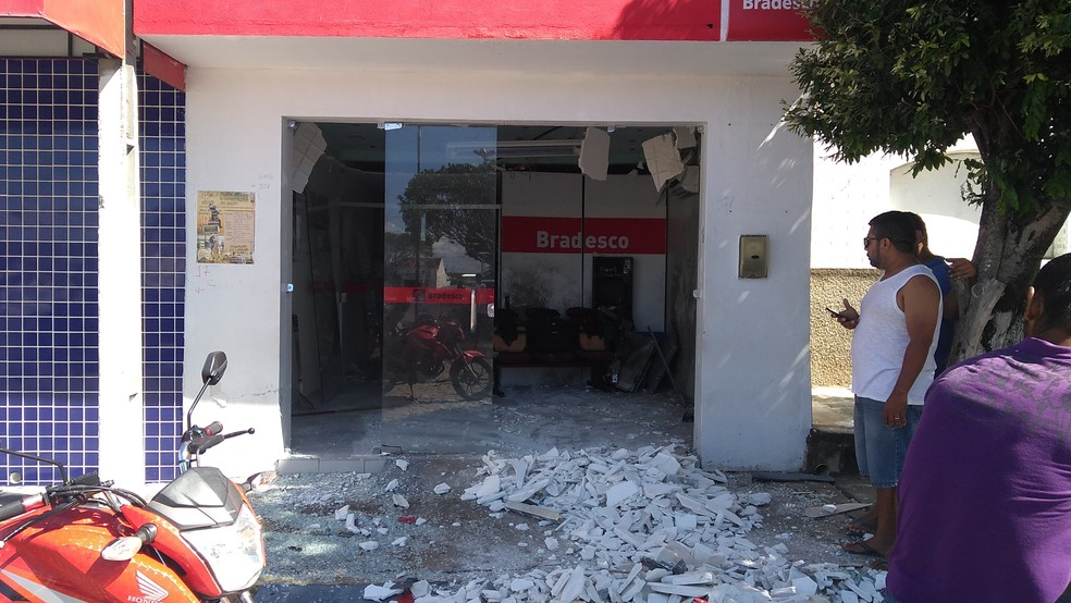 A agência bancária ficou destruída — Foto: Walner Santos / Arquivo Pessoal