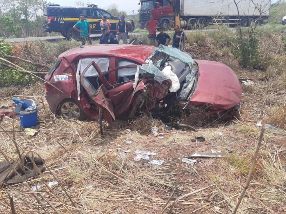 Idosa morre após carro desviar de buraco e colidir com árvore na BR-226. — Foto: Divulgação/PRF.
