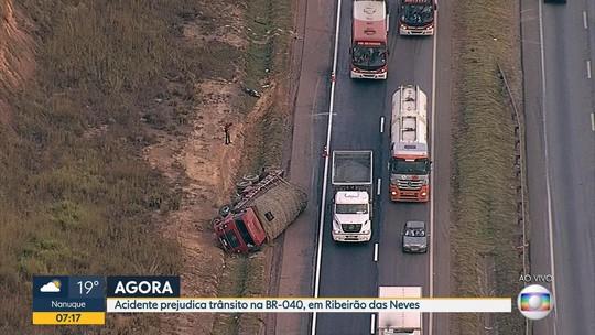 Caminhão tomba na BR-040, na Grande  BH