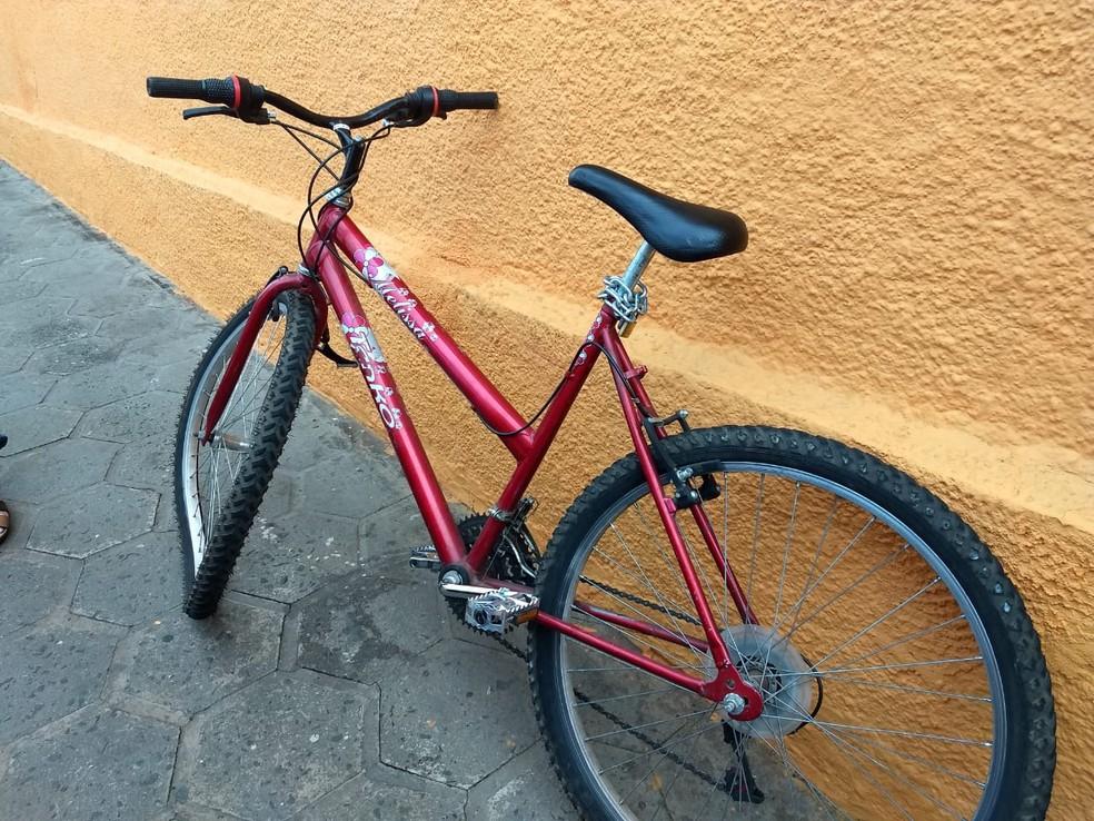 Ciclista descia rua pela contramão  — Foto: Júlia Martins/G1