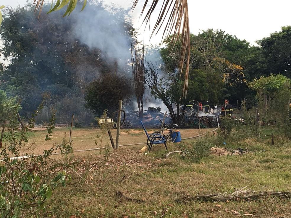 Incêndio destruiu residência de madeira em chácara em Presidente Prudente (Foto: Stephanie Fonseca/G1)