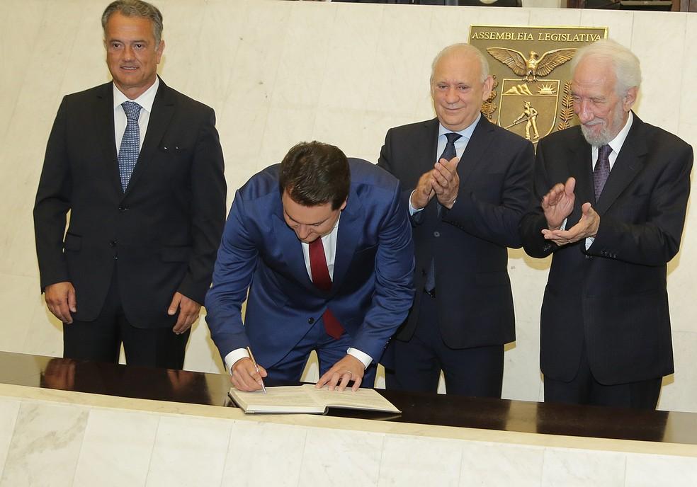 Ratinho Junior assinou o termo de posse — Foto: Giuliano Gomes/PR Press