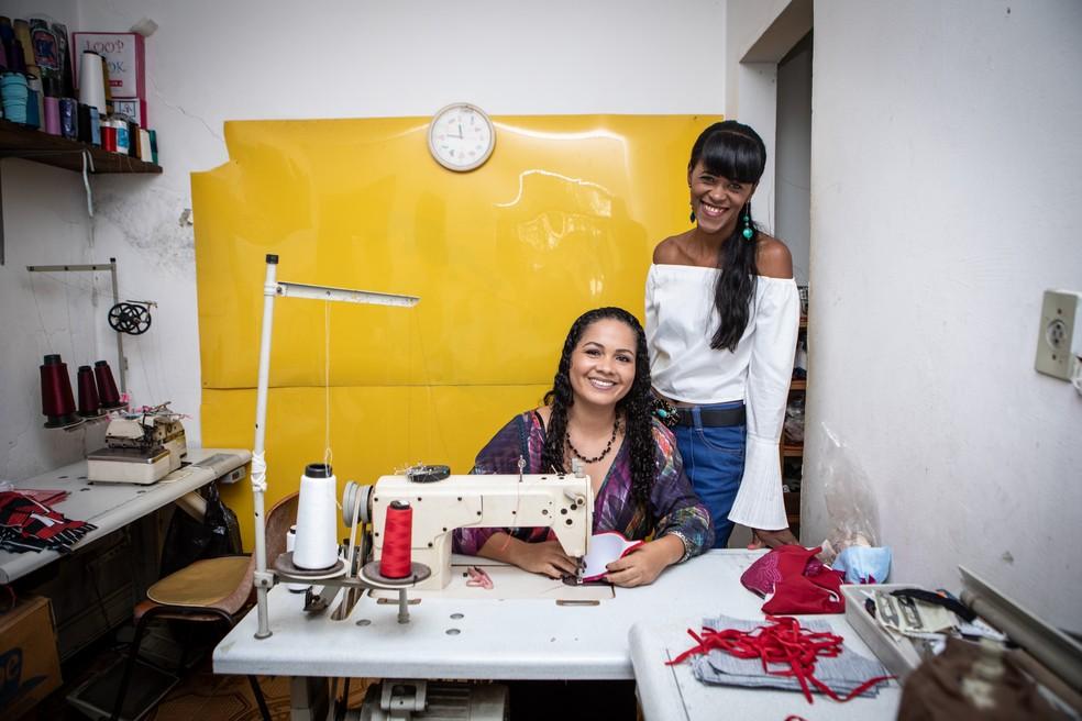 Silvana da Silva e Renata Martins na sala onde são fabricados os modelos — Foto: Fábio Tito/G1