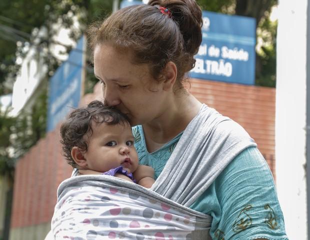 Sara Rigon levou a filha Emily, de 9 meses, para se vacinar contra a febre amarela (Foto: Marcelo de Jesus)