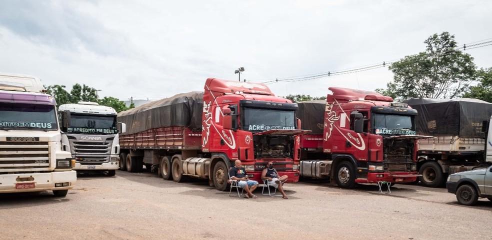 Caminhoneiros reclamam que estão sem assistência e temem que as cargas estraguem — Foto: Raylanderson Frota/Arquivo pessoal