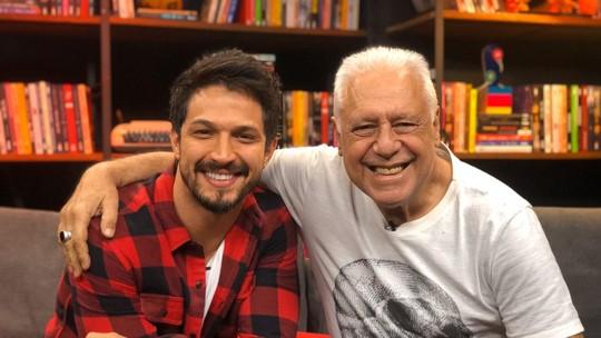 Romulo Estrela faz homenagem a Antonio Fagundes no 'Papo de Novela': 'Inspira muita gente'