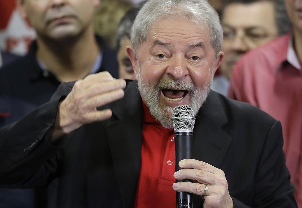 Lula durante discurso na sede do PT em São Paulo nesta quinta-feira (13) um dia após ser condenado por Moro (Foto: Andre Penner/AP)