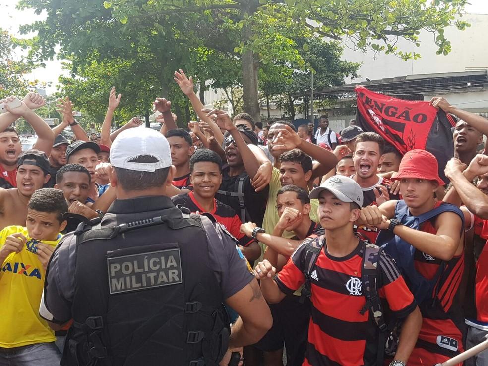 Polícia é acionada para evitar tumulto na chegada do ônibus dos jogadores (Foto: Marcelo Baltar)
