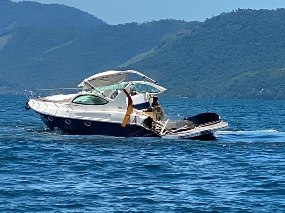 Lancha ficou parcialmente destruída em acidente em Angra; segundo testemunhas, a outra embarcação afundou — Foto: Reprodução