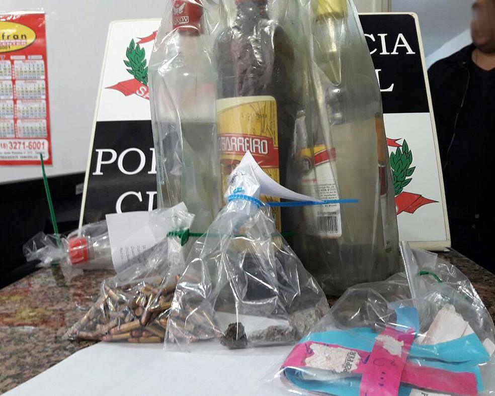 Bebidas, drogas e munições foram apreendidas pela Polícia Civil (Foto: Betto Lopes/TV Fronteira)