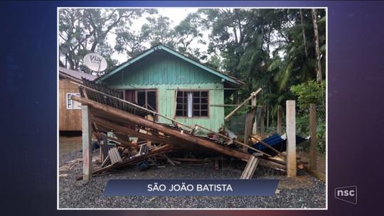 Menina morre e irmã fica ferida após queda de árvore; municípios de SC têm danos após chuvas