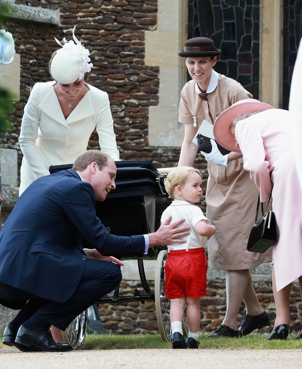 A babá espanhola Maria Teresa Turrion Borrallo (à dir., vestindo bege) acompanha a família real após o batismo da princesa Charlotte (Foto: Getty Images)