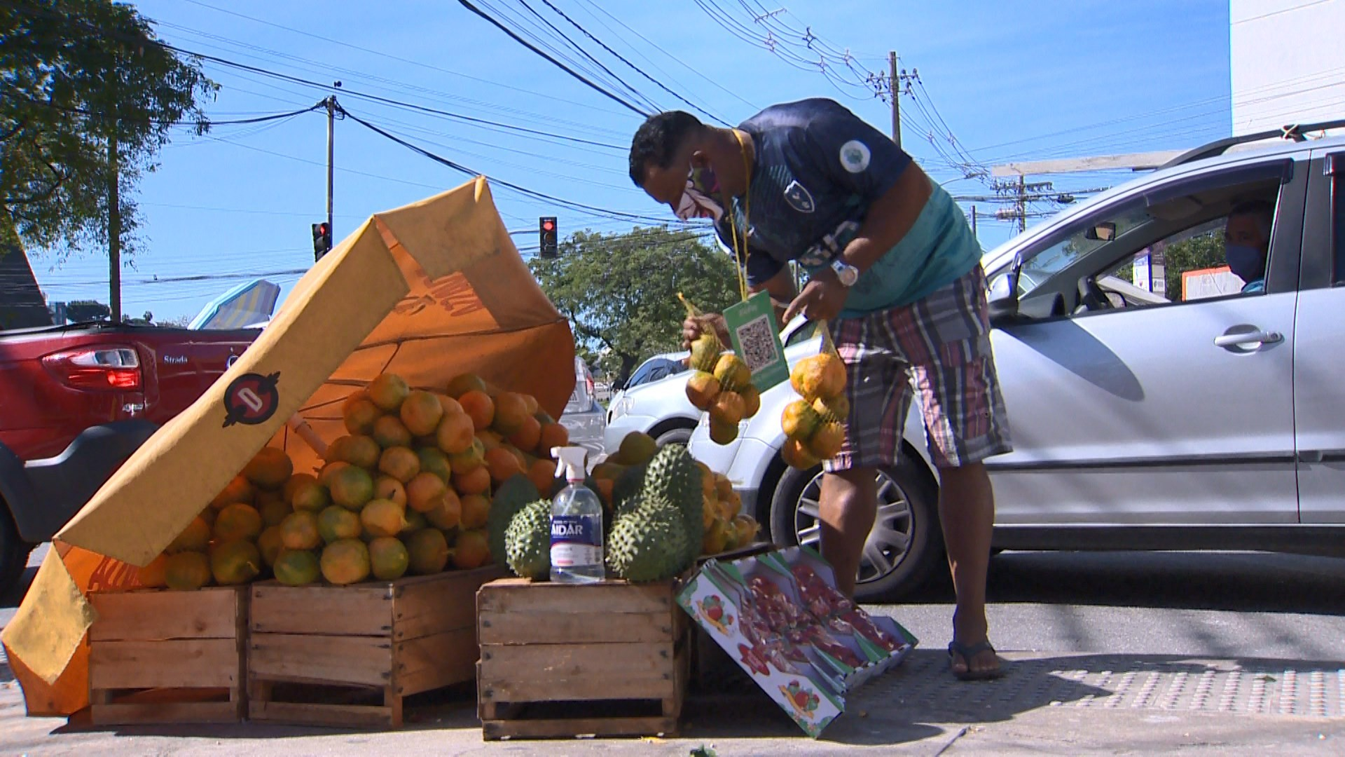 Com vendas reduzidas, ambulantes lutam para garantir sustento nos semáforos de Vitória