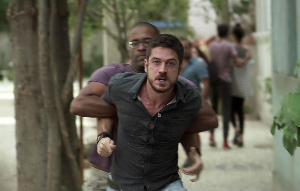 Zeca perde o controle e parte para cima de Ruy — Foto: TV Globo