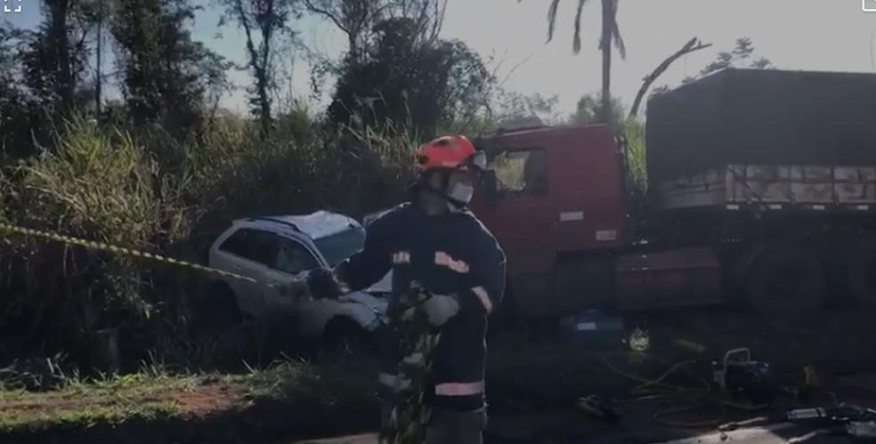 Acidente envolveu dois carros e um caminhão, em Paranavaí  — Foto: Reprodução/RPC
