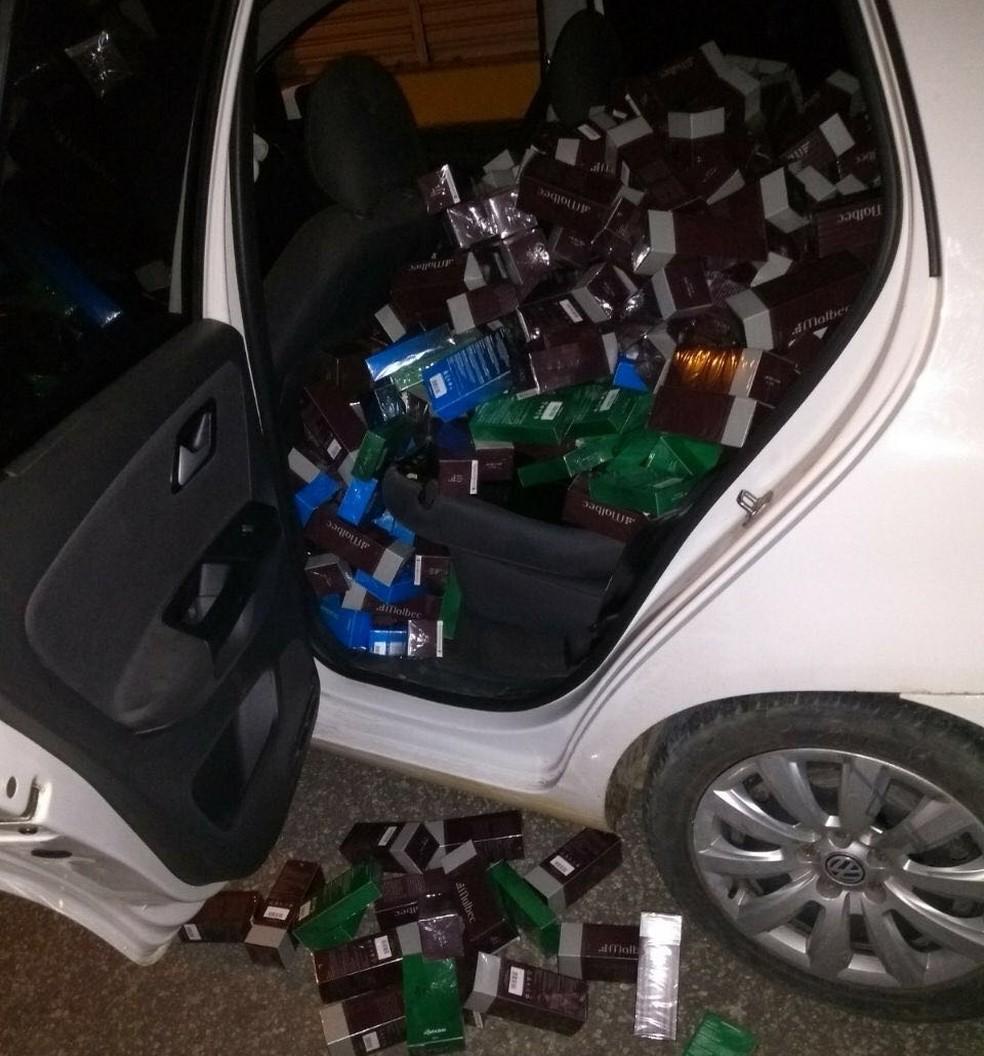 Perfumes roubados foram encontrados dentro de dois veículos, após troca de tiros entre policiais e criminosos em Apodi, RN (Foto: PM/Divulgação)