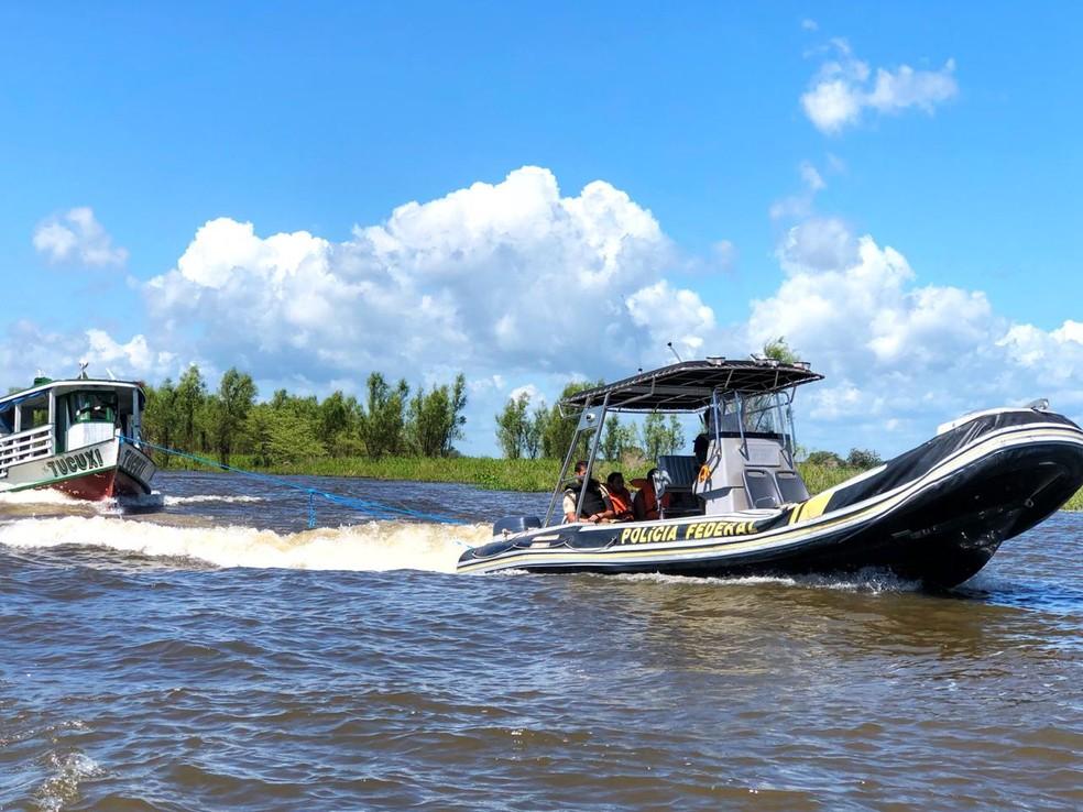 O barco que transportava a droga foi rebocado pela lancha da PF até o porto da CDP, em Santarém — Foto: Polícia Federal/Divulgação