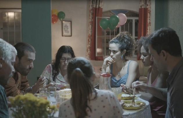 Nanda Costa diz que seus momento prediletos nas gravações eram os da família reunida em volta da mesa:'Foi muito legal viver essa família grande. Os almoços, os cafés... Muita comida boa em volta da Lurdes' (Foto: Reprodução)