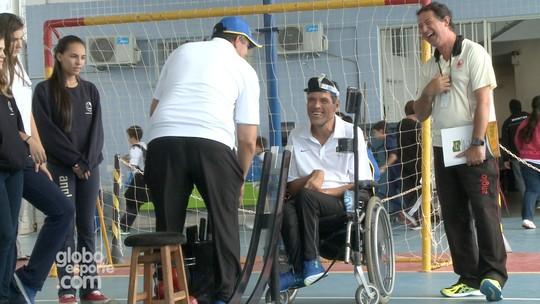 Atleta paralímpico se emociona em desafio com estudantes; assista